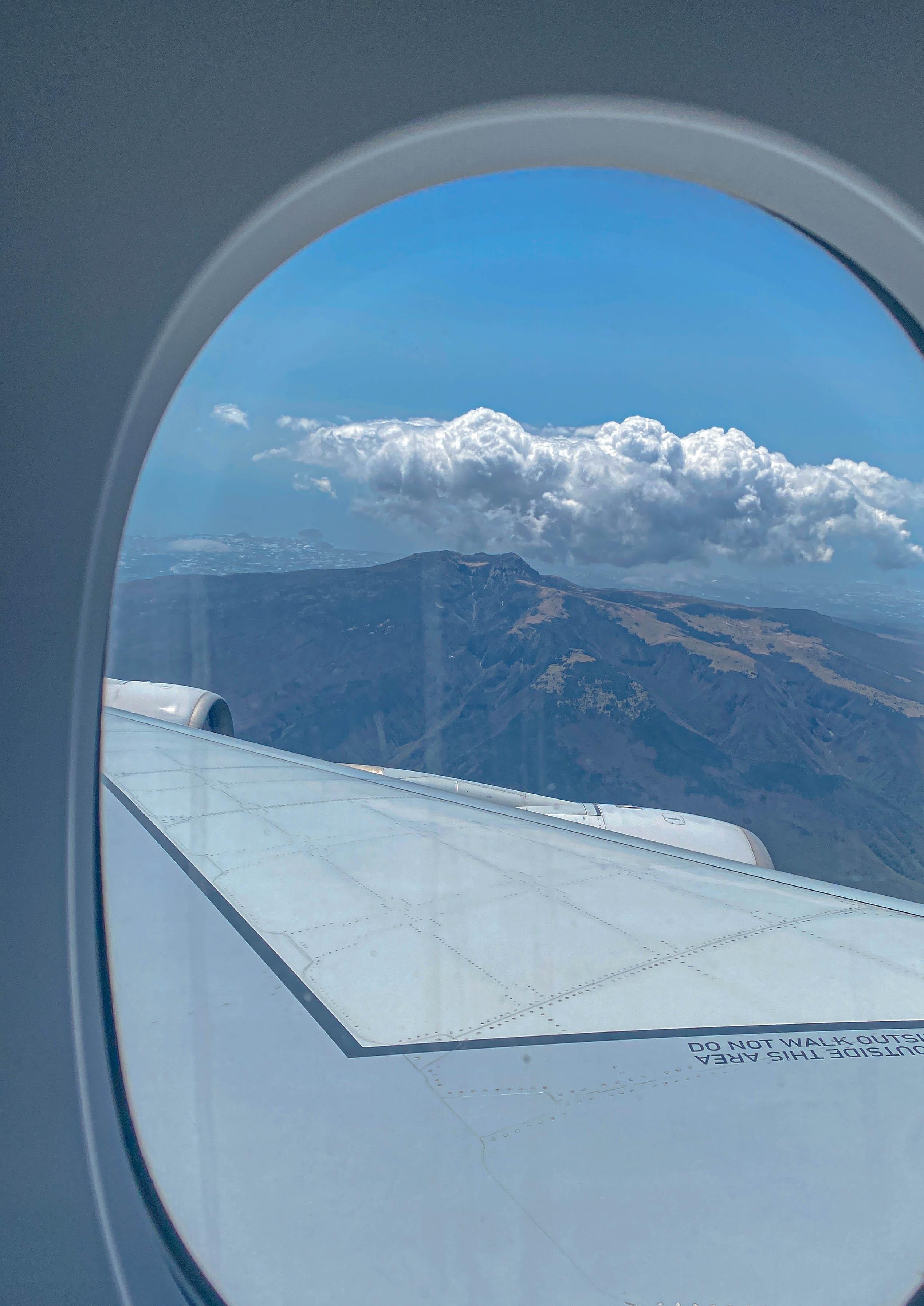 창 밖으로 보이는 한라산의 모습