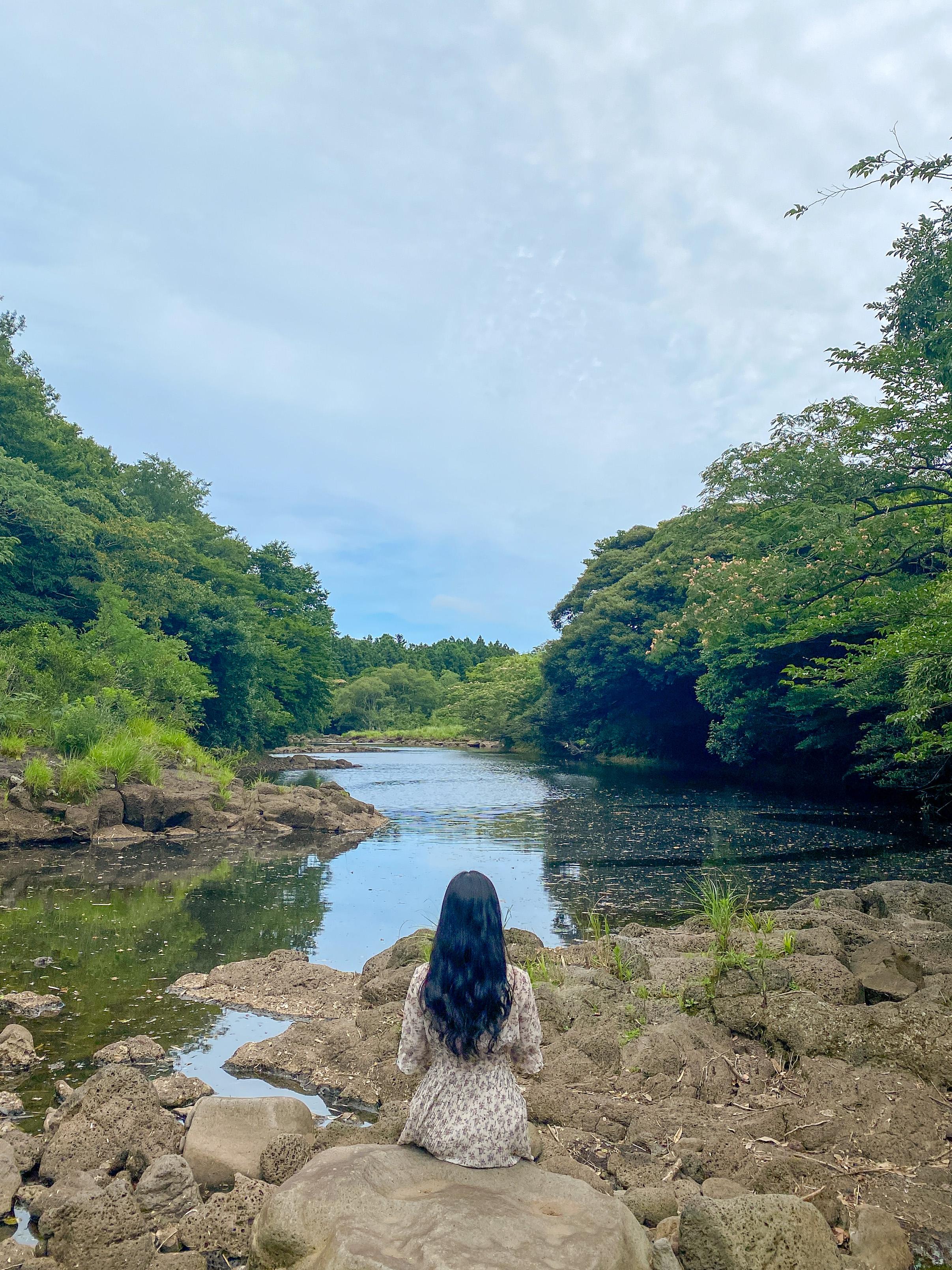 둑길 옆 바위에 앉아서 한 컷