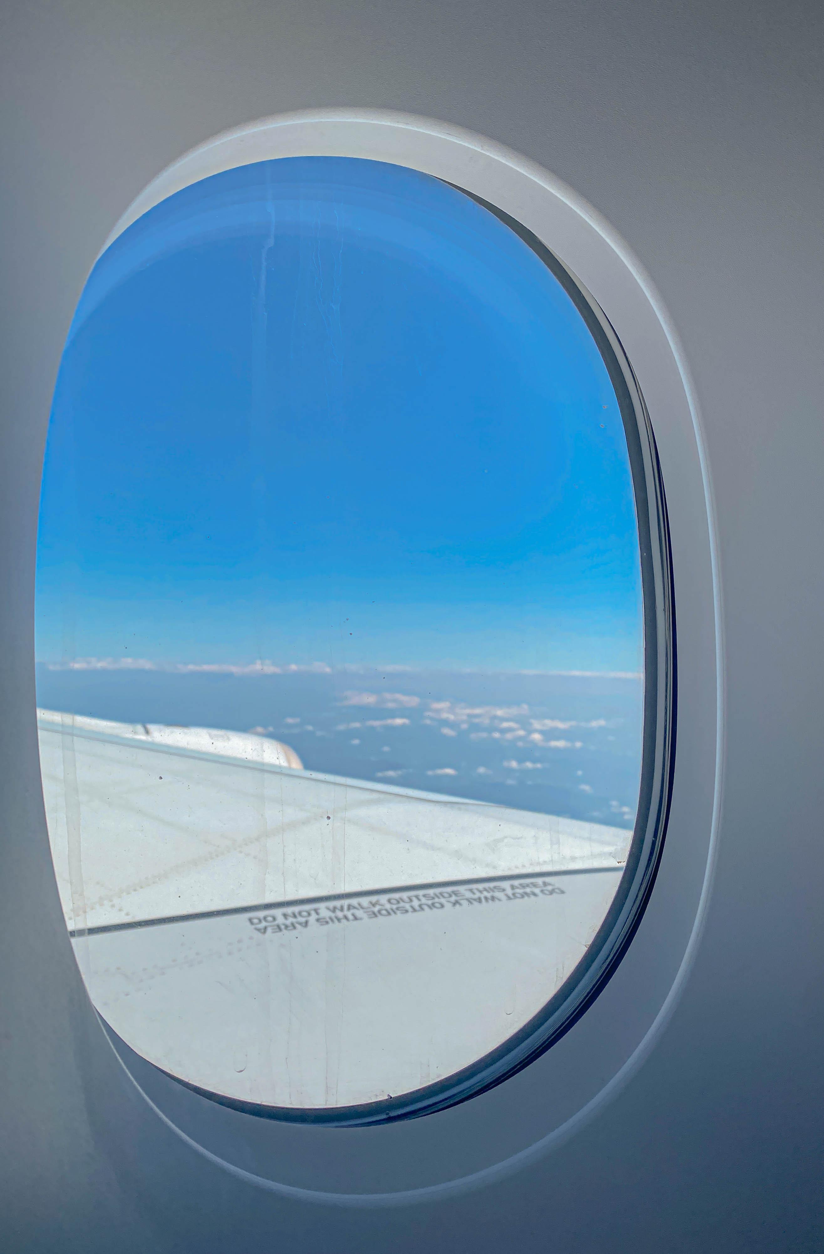 창가 자리에서는 푸른 하늘을 마음껏 볼 수 있다.